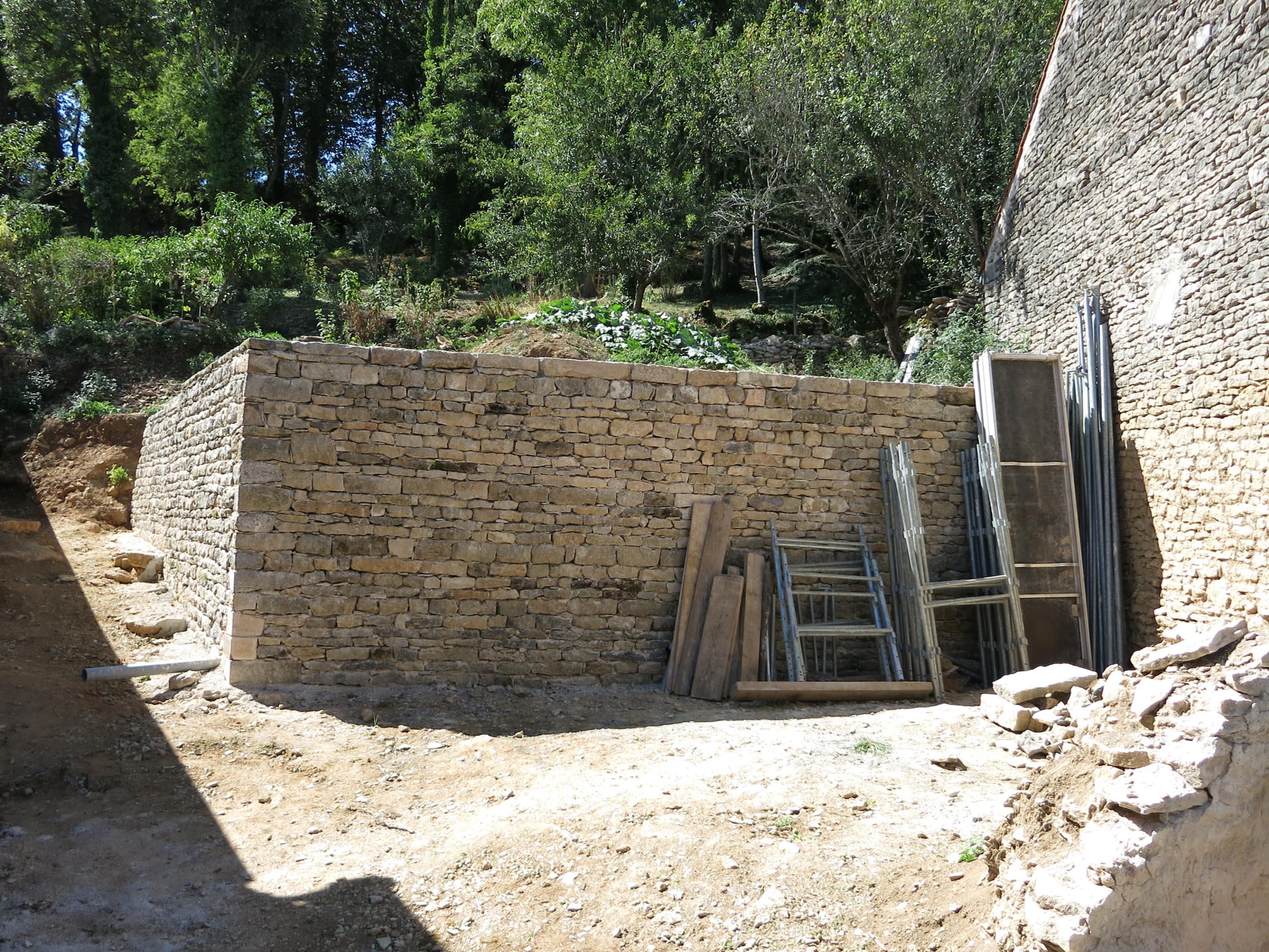 Ste Colombe en Auxois Mur en pierres