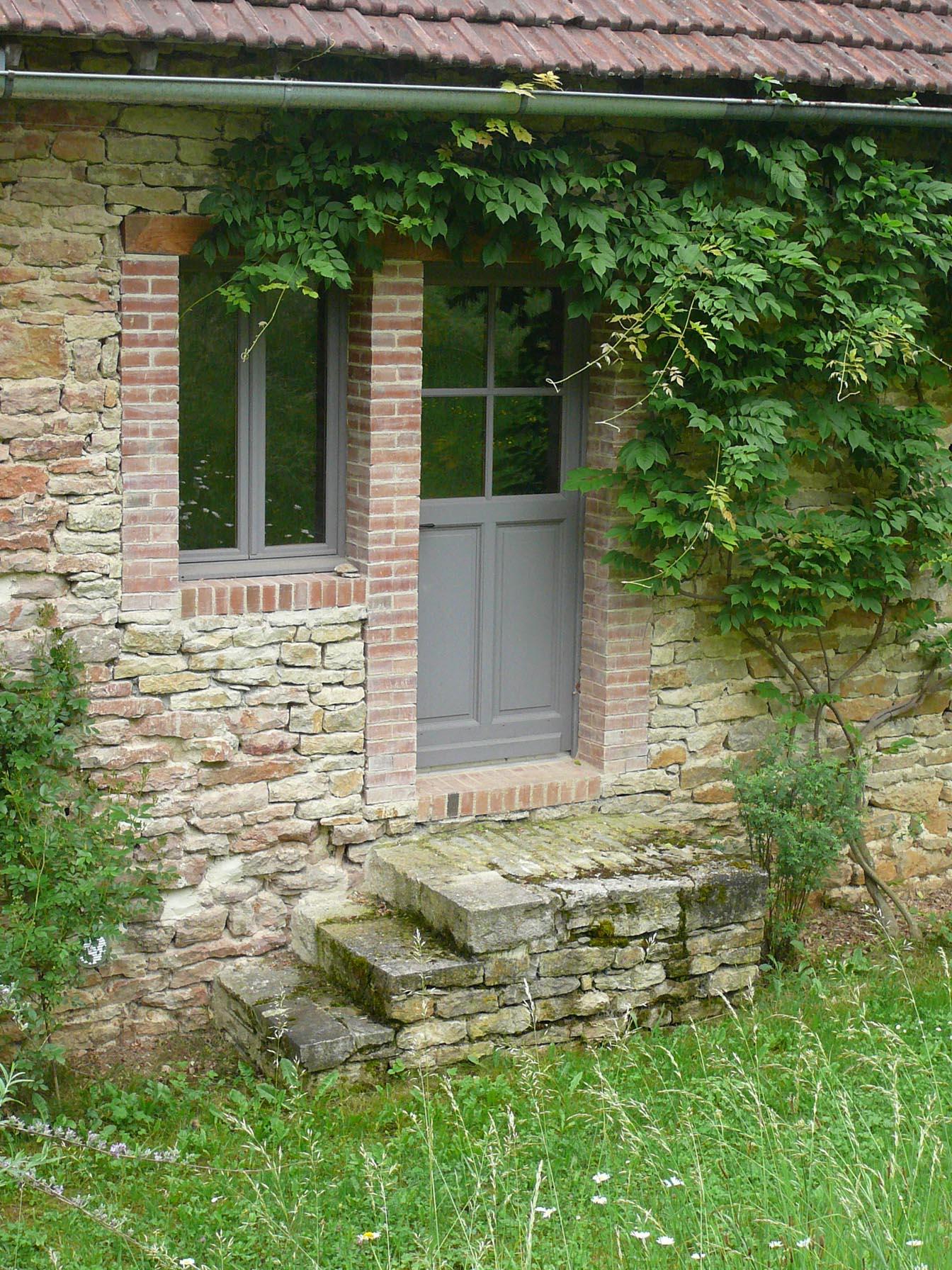 Ste Colombe en Auxois Percement d'une porte et d'une fenêtre entourage en brique
